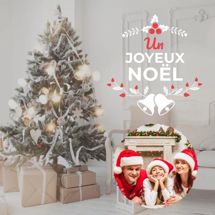Une carte joyeux Noël au format carré avec un sapin joliment décoré d une guirlande lumineuse au pied duquel de petits cadeaux sont présents